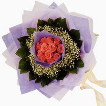 12 adet gül ve elyaflardan   Kayseri çiçek internetten çiçek siparişi