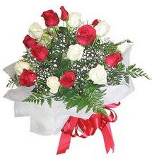 Kayseri çiçek çiçek siparişi sitesi  12 adet kirmizi ve beyaz güller buket