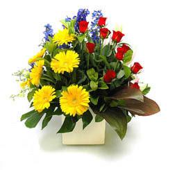 Kayseri çiçek 14 şubat sevgililer günü çiçek  9 adet gül ve kir çiçekleri cam yada mika vazoda