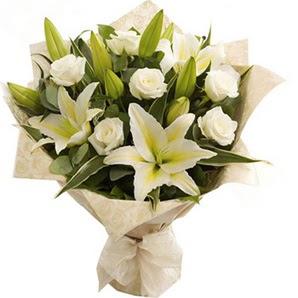 Kayseri çiçek çiçek mağazası , çiçekçi adresleri  3 dal kazablanka ve 7 adet beyaz gül buketi