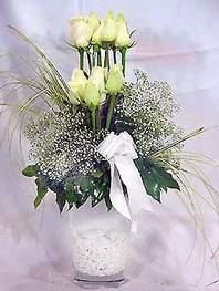 Kayseri çiçek 14 şubat sevgililer günü çiçek  9 adet vazoda beyaz gül - sevdiklerinize çiçek seçimi