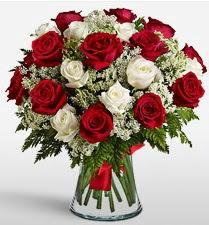 Vazoda 12 kırmızı 12 beyaz gül tanzimi  Kayseri çiçek çiçek online çiçek siparişi