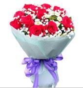 12 adet kırmızı gül ve beyaz kır çiçekleri  Kayseri çiçek internetten çiçek siparişi