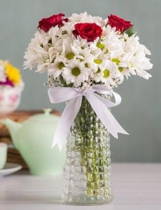 Papatya Ve Güllerin Uyumu camda  Kayseri çiçek çiçek satışı